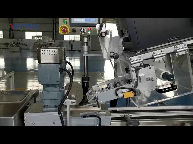 Automatický štítkovací stroj ve tvaru písmene C.