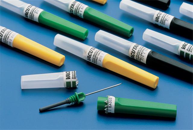Označování vzorků z horizontálních etiketovacích strojů se stříkačkami